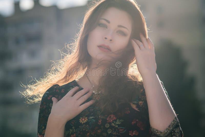 Mooie Kaukasische donkerbruine vrouw op een gang in openlucht in parkne stock afbeelding