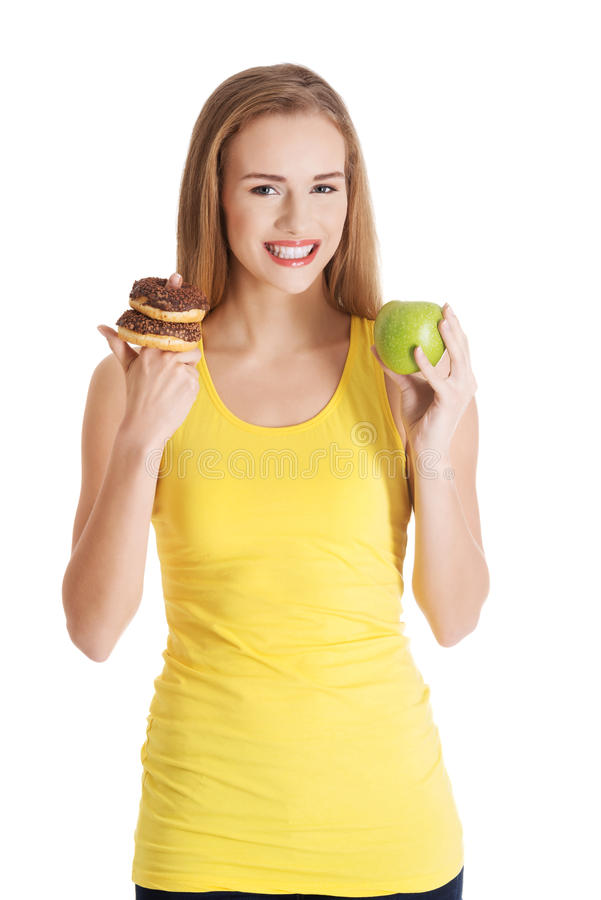 Mooie Kaukasische toevallige vrouw met doughnuts en appel. royalty-vrije stock afbeelding