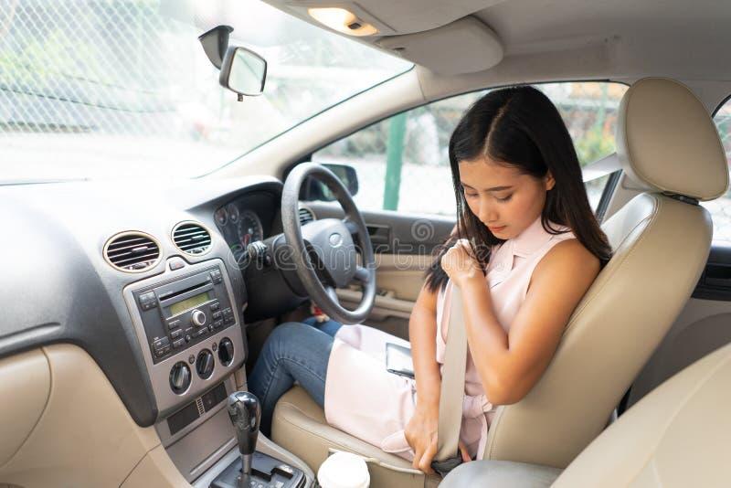 Mooie Kaukasische vastmakende de autoveiligheidsgordel van de damebestuurder veiligheids eerste concept De jonge hand van de vr stock afbeelding