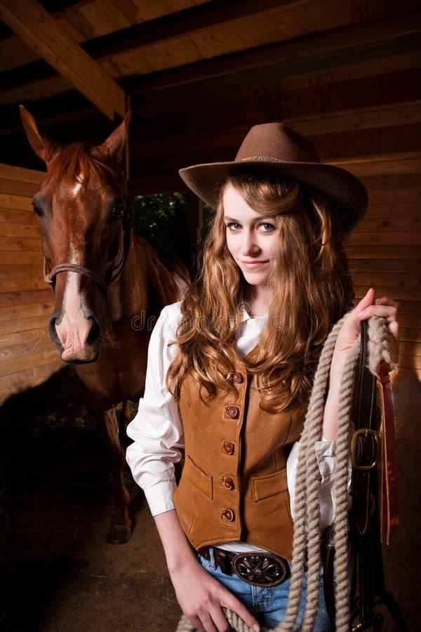 Mooie Kaukasische veedrijfster met een paard stock afbeeldingen
