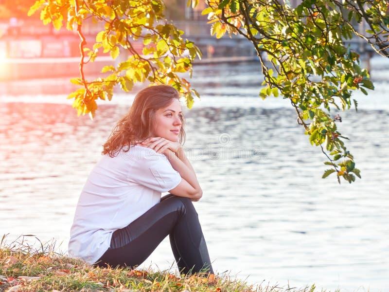 Mooie Kaukasische vrouw die rivier van mening genieten royalty-vrije stock foto