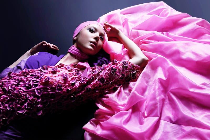 Mooie Kaukasische vrouw in roze elegante kleding stock foto