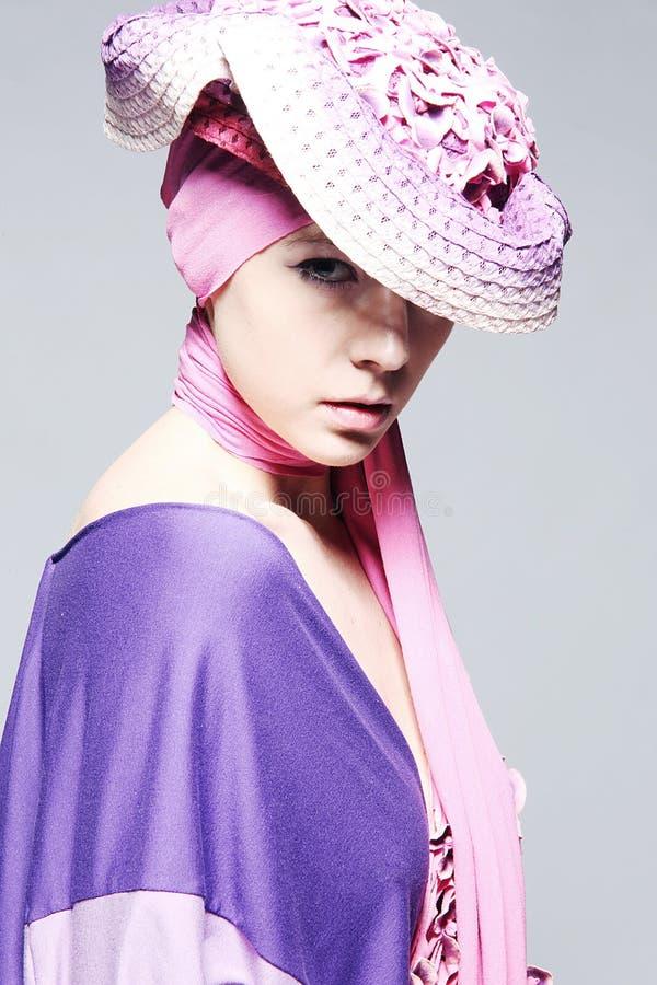Mooie Kaukasische vrouw in roze elegante kleding royalty-vrije stock foto