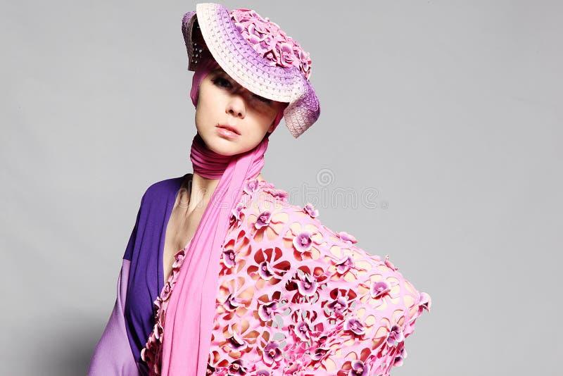 Mooie Kaukasische vrouw in roze elegante kleding royalty-vrije stock afbeelding