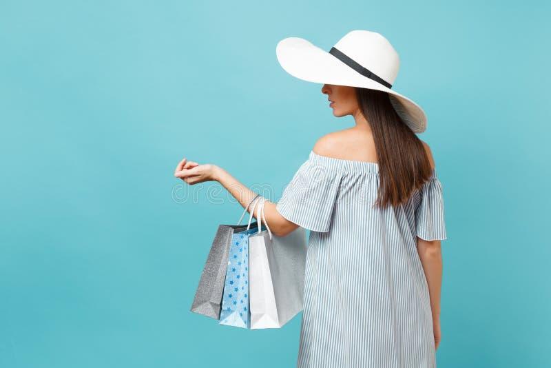 Mooie Kaukasische vrouw van de portret de modieuze elegante manier in de zomerkleding, witte grote brede de hoedenholding van de  stock afbeeldingen