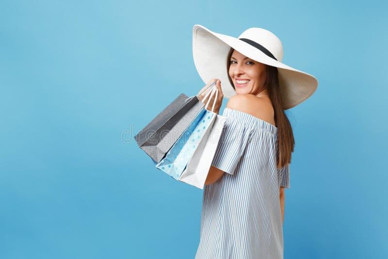 Mooie Kaukasische vrouw van de portret de modieuze elegante manier in de zomerkleding, witte grote brede de hoedenholding van de  stock foto