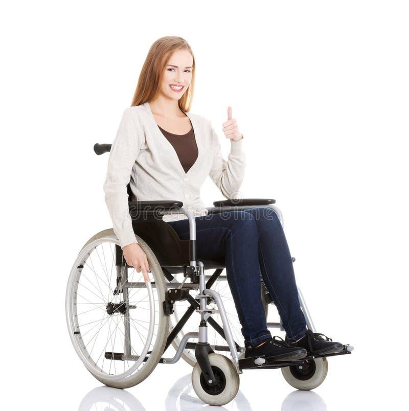 Mooie Kaukasische vrouwenzitting op een rolstoel. stock foto