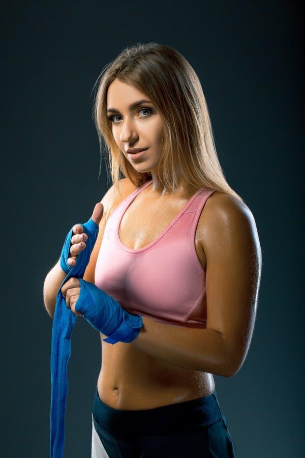 Mooie Kaukasische Zwetende bokservrouw met blauwe in dozen doende verbanden fotoreeks van sportief spier vrouwelijk blondemeisje  royalty-vrije stock afbeeldingen