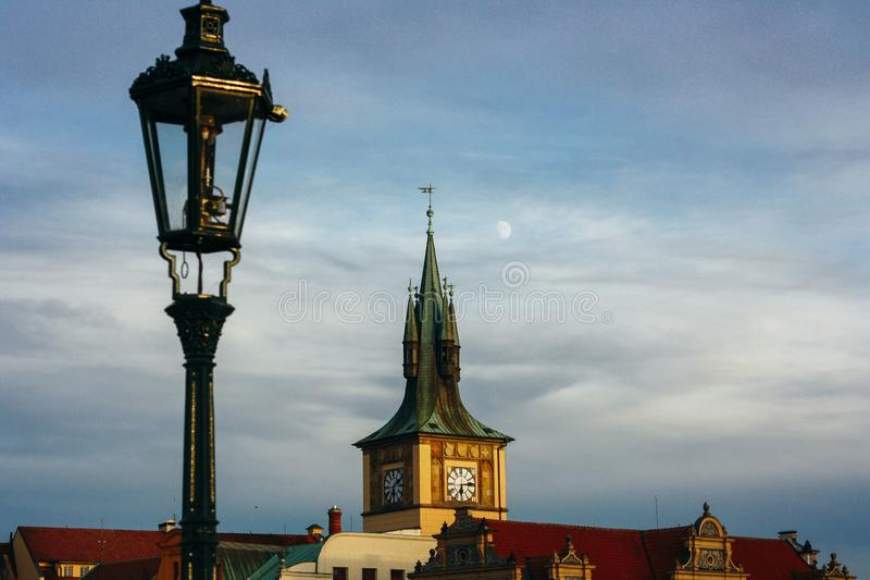 Mooie kerk, daken en lantaarn van de oude Europese stad stock foto's