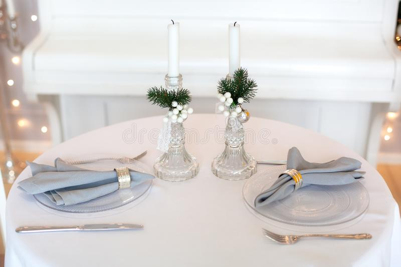 Mooie kerstdineromgeving Festive table setting with a tablecloth between winter decorations and white candles Bovenaanzicht, stock afbeeldingen