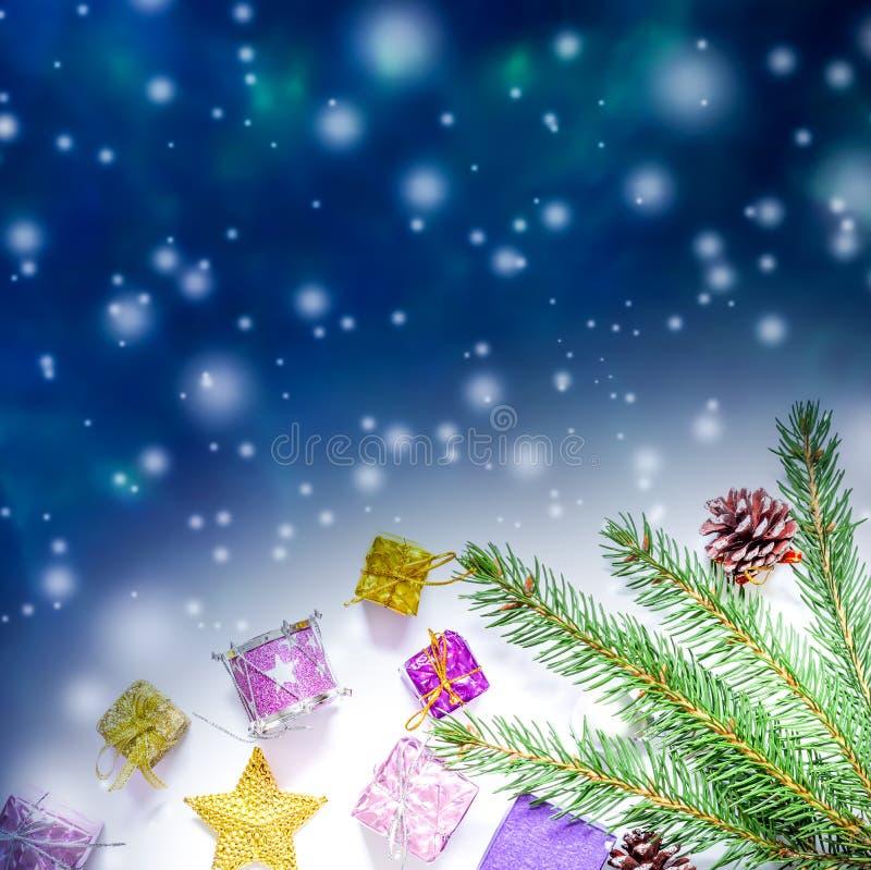 Mooie Kerstmis en van het Nieuwjaar achtergrond met Kerstboomtakken, speelgoed en snoepjes royalty-vrije stock foto's