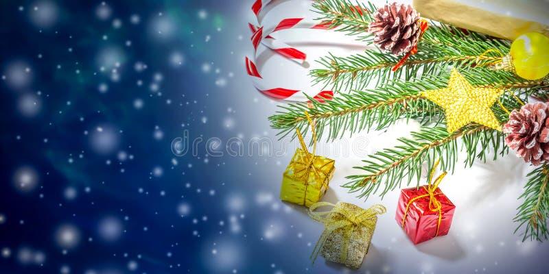 Mooie Kerstmis en van het Nieuwjaar achtergrond met Kerstboomtakken, speelgoed en snoepjes stock foto's