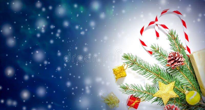 Mooie Kerstmis en van het Nieuwjaar achtergrond met Kerstboomtakken, speelgoed en snoepjes stock afbeeldingen