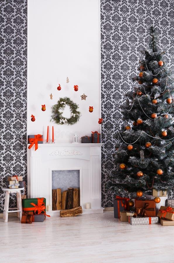 Mooie Kerstmis verfraaide boom in modern binnenland, vakantieconcept royalty-vrije stock afbeeldingen