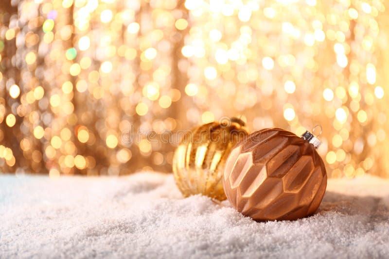 Mooie Kerstmisballen op glanzende achtergrond royalty-vrije stock afbeeldingen