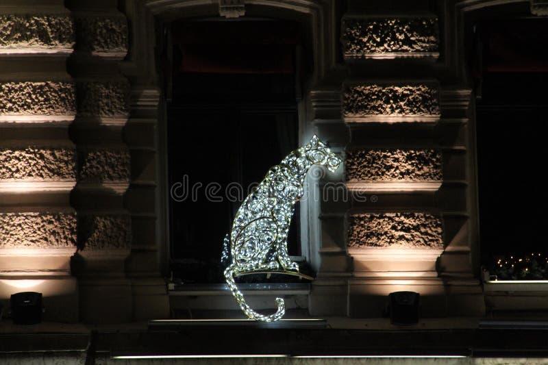 Mooie Kerstmisdecoratie op de richel van het huis in de vorm van een hond van geleide lichten stock afbeeldingen