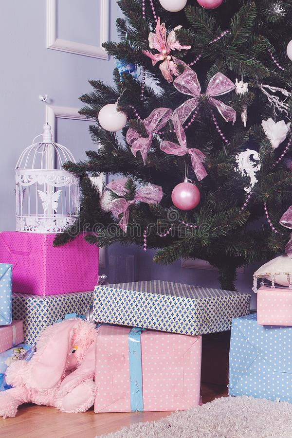 Mooie Kerstmisgiften onder boom in nieuw jaar verfraaid huisbinnenland stock foto's