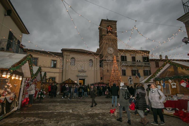 Mooie Kerstmismarkt in het belangrijkste vierkant van het middeleeuwse dorp van Mombaroccio, Marche royalty-vrije stock foto