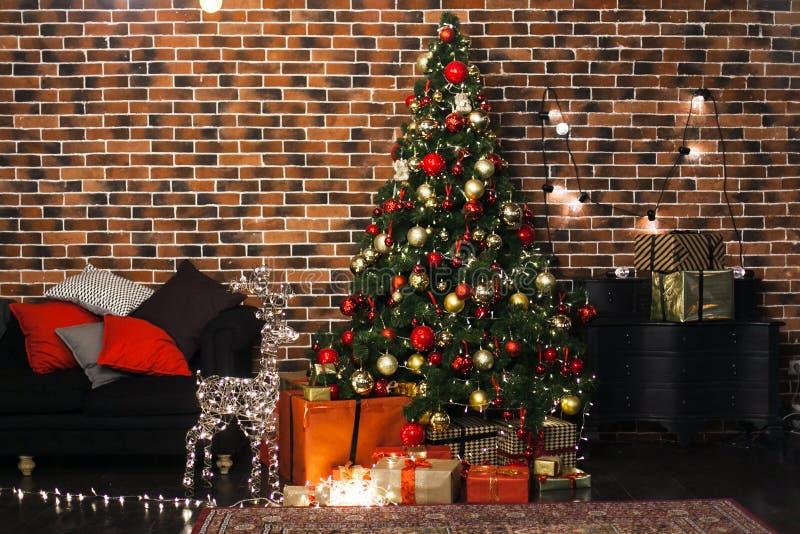 Mooie Kerstmiswoonkamer met verfraaide Kerstboom, giften en herten met de het gloeien lichten bij nacht Nieuw jaar stock afbeelding