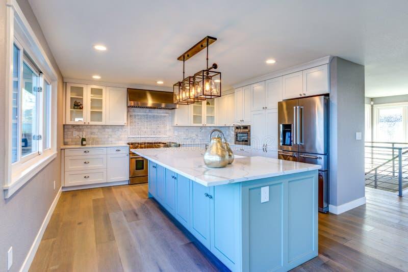 Mooie keukenruimte met groen eiland stock foto's