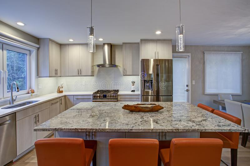 Mooie keukenruimte met keukeneiland stock foto's
