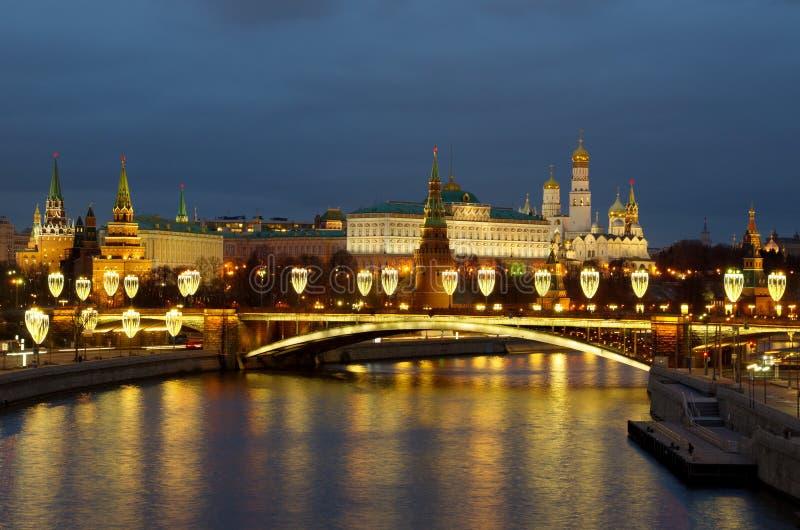 Mooie kijk op het Kremlin in Moskou en de Big Stone-brug met feestelijke verlichting op een winteravond Moskou, Rusland royalty-vrije stock foto's