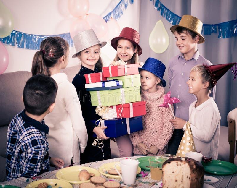 Mooie kinderen die giften voorstellen aan meisjesverjaardag royalty-vrije stock afbeeldingen
