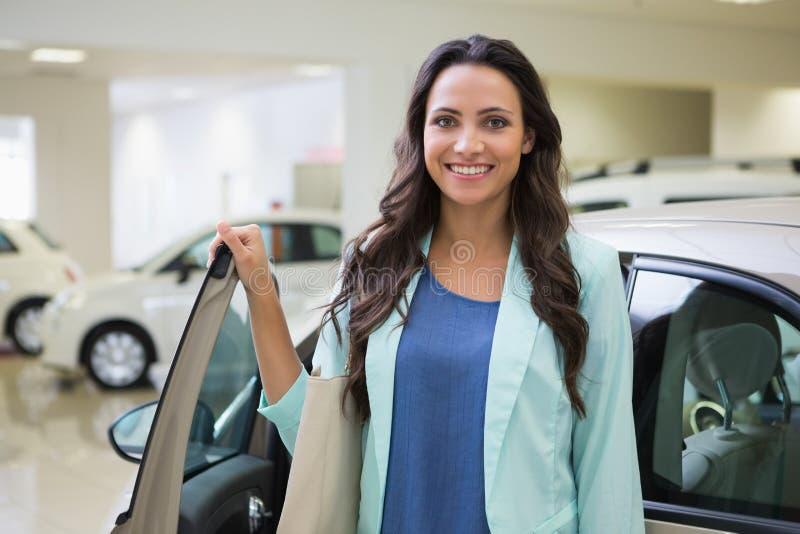 Mooie klant die zich naast haar auto bevinden royalty-vrije stock foto