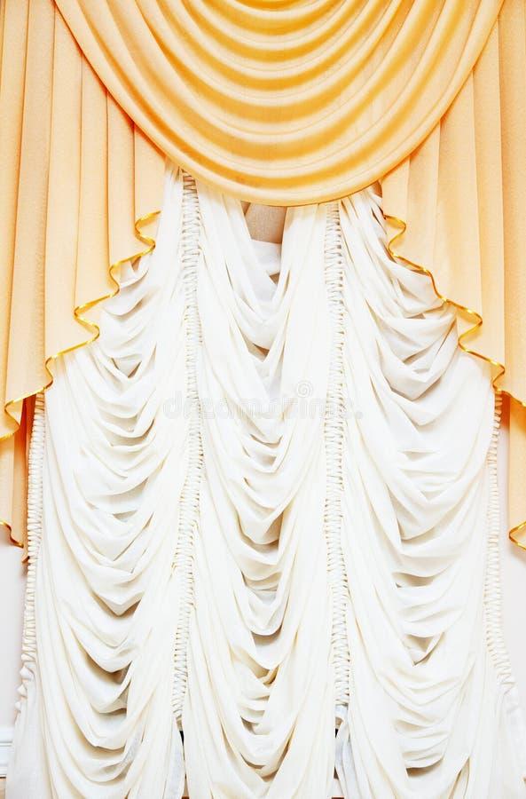 Mooie klassieke gordijnen stock foto. Afbeelding bestaande uit licht ...