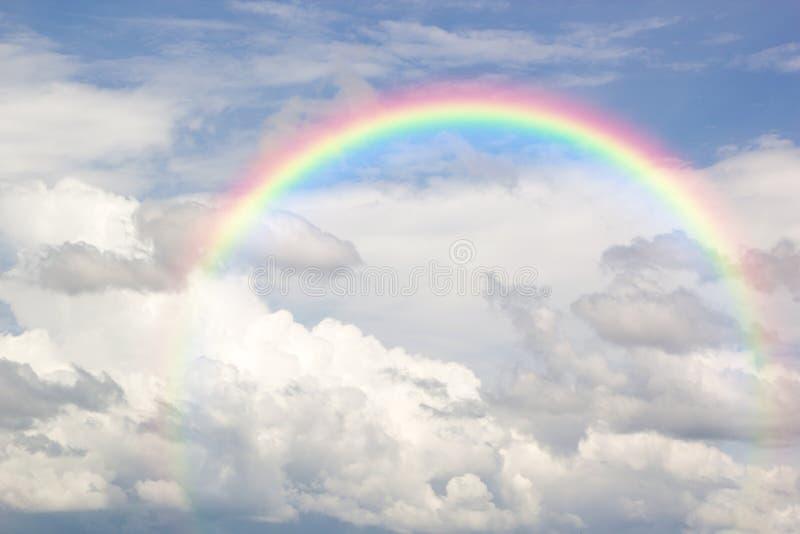 Mooie Klassieke Regenboog overdwars in de Blauwe Hemel na de Regen, stock fotografie