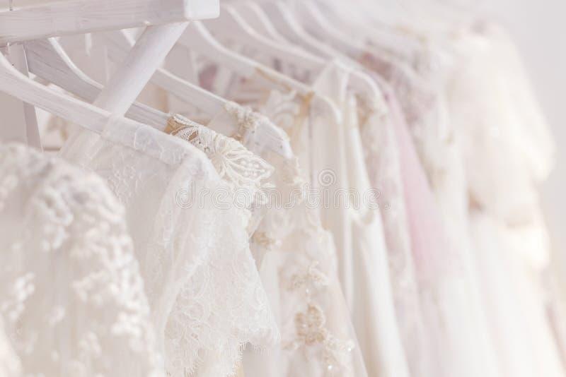 Mooie kleding voor bruid in salon stock fotografie