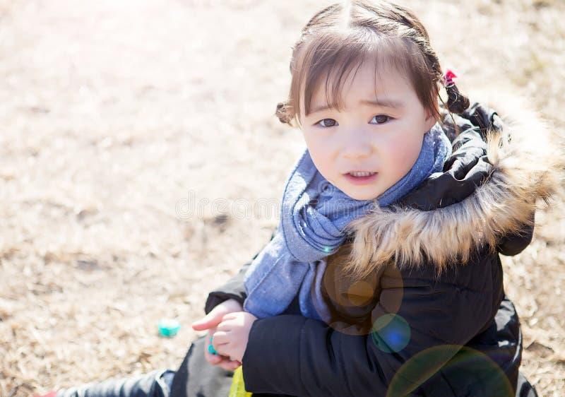 Mooie kleine Aziatische meisjes die in het park spelen royalty-vrije stock foto's