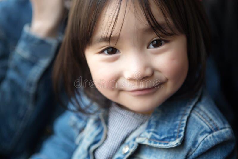 Mooie kleine Aziatische meisjes die in het park spelen royalty-vrije stock fotografie