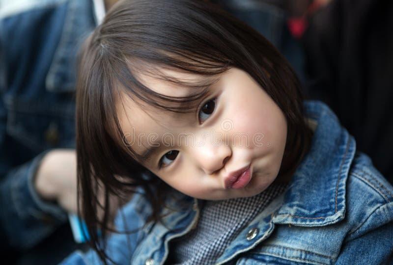 Mooie kleine Aziatische meisjes die in het park spelen stock afbeeldingen