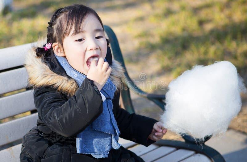 Mooie kleine Aziatische meisjes die in het park spelen stock afbeelding