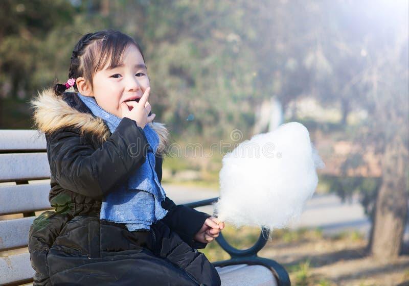 Mooie kleine Aziatische meisjes die in het park spelen stock foto's