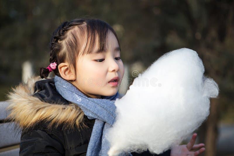 Mooie kleine Aziatische meisjes die in het park spelen stock fotografie