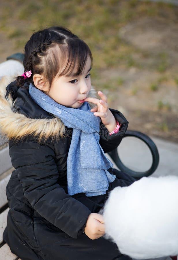 Mooie kleine Aziatische meisjes die in het park spelen royalty-vrije stock afbeelding