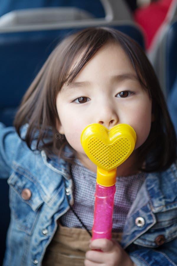 Mooie kleine Aziatische meisjes die in het park spelen royalty-vrije stock afbeeldingen