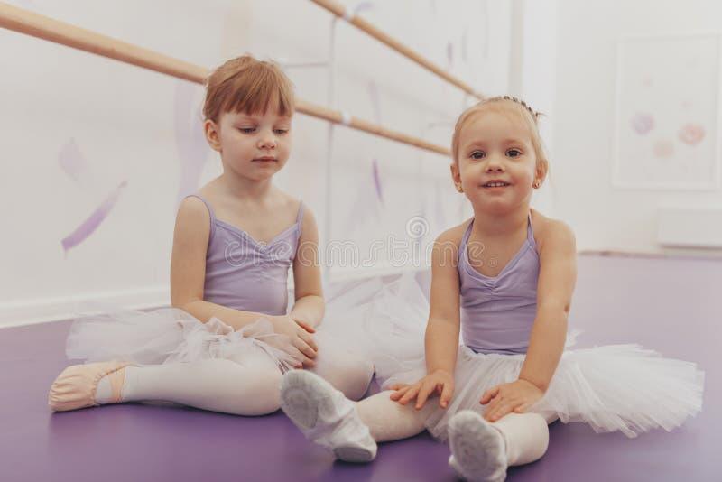 Mooie kleine ballerina's bij de dansstudio royalty-vrije stock fotografie