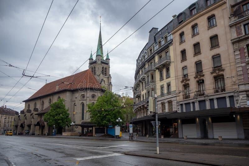 Mooie kleine kerk en de middeleeuwse bouw in uit het stadscentrum van Lausanne op bewolkte hemelachtergrond stock afbeelding