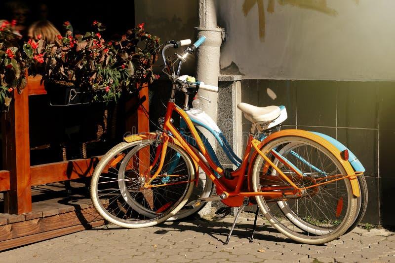 Mooie kleurrijke die fietsen bij oude zonnige Europese straat worden geparkeerd, stock afbeelding