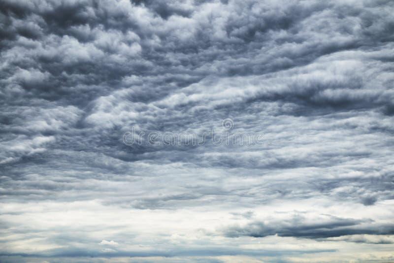 Mooie kleurrijke dramatische cloudscape met donkere onweerswolken stock fotografie