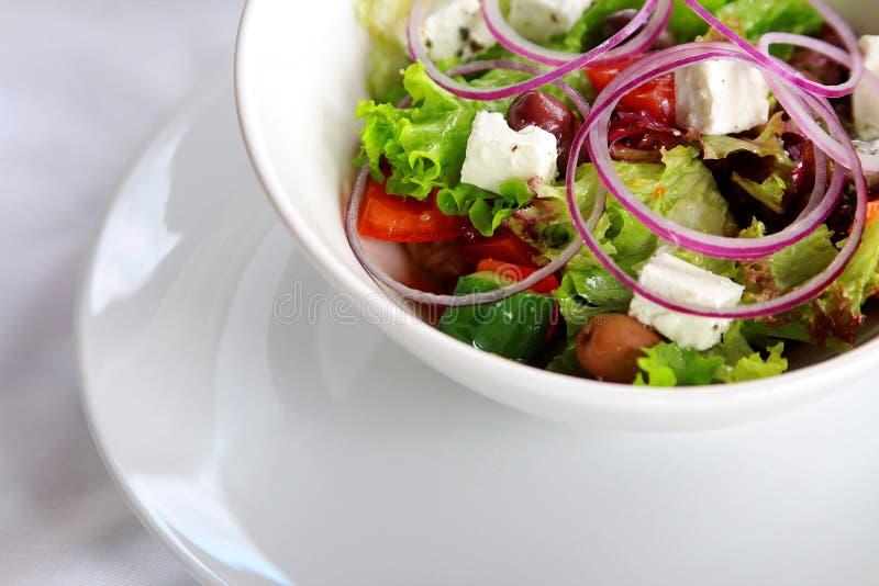 mooie kleurrijke geassorteerde salade in witte plaat stock afbeelding