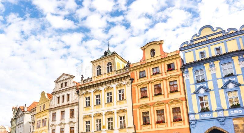 Mooie kleurrijke gebouwen en huizen in oud Praag stock foto's