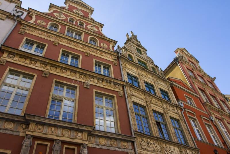 Mooie kleurrijke voorgevels van historische gebouwen in de Oude Stad van Gdansk polen stock foto's