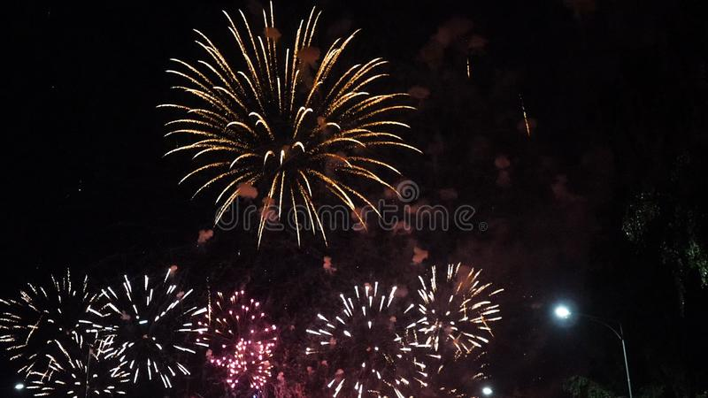 Mooie kleurrijke vuurwerkvertoning voor gelukkige viering Vuurwerk in de stad stock foto