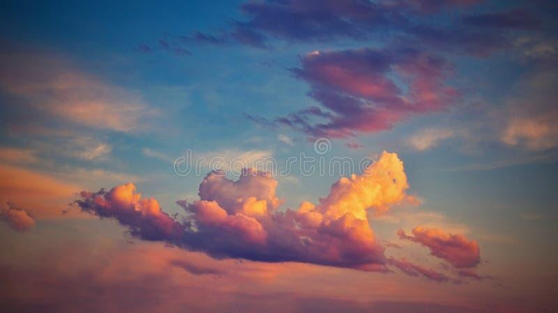 Mooie kleurrijke wolken op blauwe hemel bij zonsondergang Romantisch concept als achtergrond royalty-vrije stock fotografie