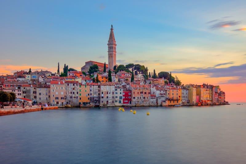 Mooie kleurrijke zonsondergang bij Rovinj-stad in Kroatië stock fotografie