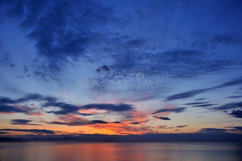 Mooie kleurrijke zonsondergang boven overzees royalty-vrije stock foto